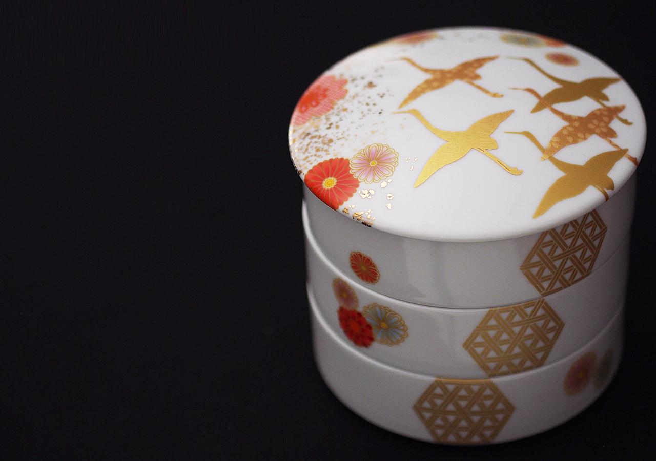 金鶴とちらし花紋の三段重